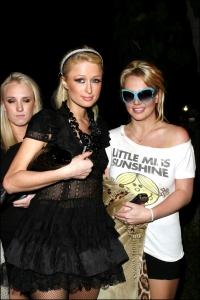 """Novembre 2006: nasce l'amicizia tra Britney e Paris Hilton. Una delle """"armi di distrazione di massa"""" più efficaci di quell'anno."""