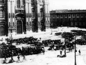 Moti di Milano - Piazza Duomo in stato d'assedio.