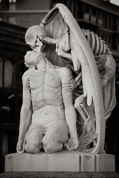 Il bacio della morte. Scultura situata nel cimitero Poblenou di Barcellona.
