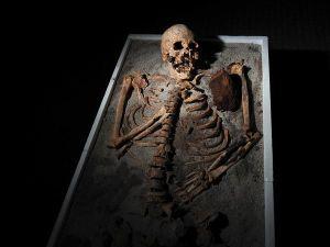 Scheletro di presunto vampiro trovato in Bulgaria.