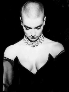 sinead-o-connor-photo-cheveux-courts-short-hairs