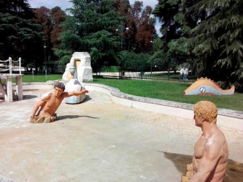 La fontana dei bagni misteriosi (di De Chirico).