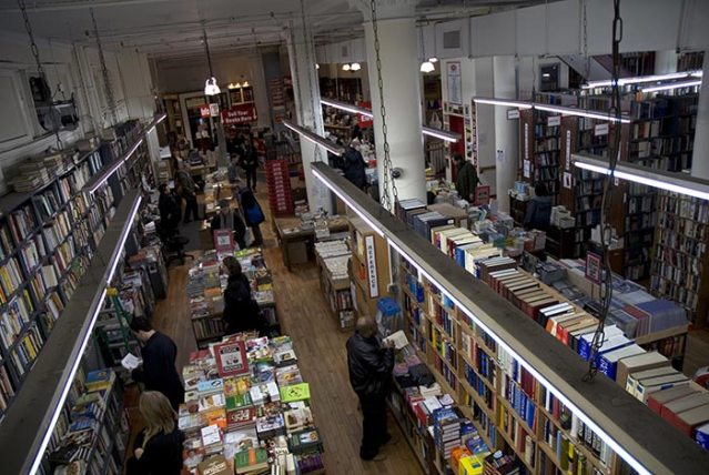 Il bookstore Strand, a NY. Trova le differenze.