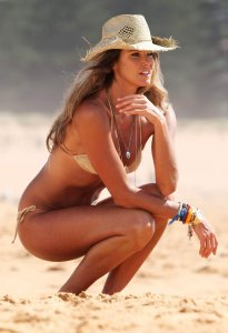 © QUEEN INTERNATIONAL REFERENCE: IC/NWPIX ****EXCLUSIVE**** SIDNEY, AUSTRALIA, JANUARY 2008 SYMPATHIC AND SEXY SUPERMODEL ELLE MACPHERSON, THE BODY, SPENDS THE FIRST DAYS OF THE YEAR IN THE SUN AT THE BEACH OF HER BIRTH LAND, AUSTRALIA, SHOWING HER GORGEOUS BEAUTY IN BIKINI. SHE POSED FOR US. REPORTERS / Queen