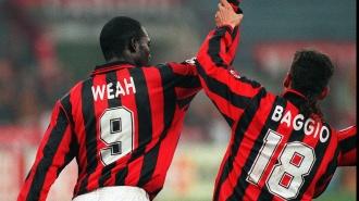 Weah e Baggio celebrano il gol del fantasista rossonero durante la gara vinta per 4 a 2 dal Milan sul Goteborg ieri sera a San Siro. (Ap Photo/Carlo Fumagalli)