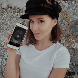 """Lorenza Cani posa con l'ebook """"Gorgoneion"""""""