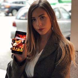 """Benedetta Bottaro posa con l'ebook """"Il Walmart ha gli occhi""""."""