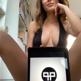 Sadie Gray posa con il logo di Plutonia Publications